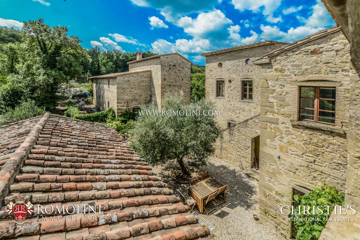 CHARMING SMALL HAMLET  FOR SALE IN TUSCANY