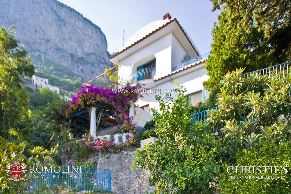 AMALFI COAST: VILLA WITH POOL AND PARKING LOT FOR SALE