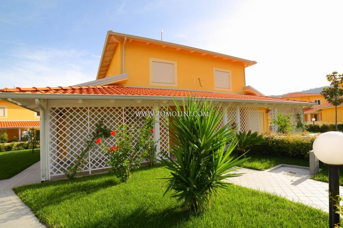 VILLA FOR SALE IN CALABRIA, 5 MINUTES WALK FROM THE BEACH