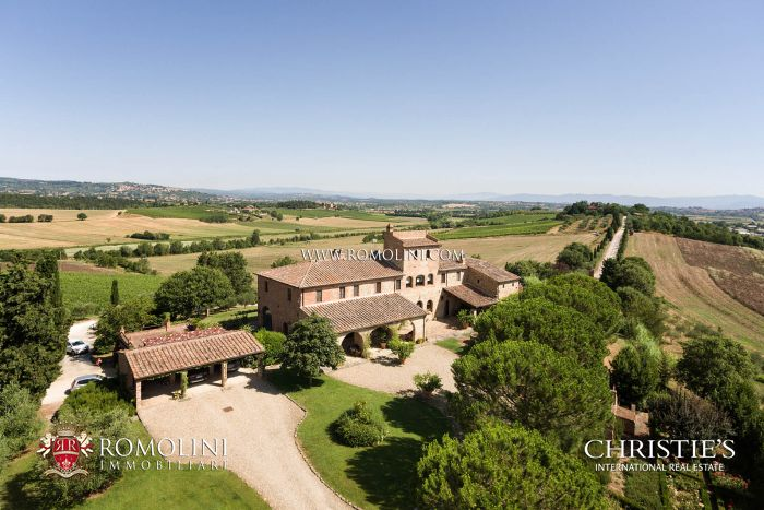 COUNTRY HOUSE WITH VINEYARD FOR SALE ON THE SIENESE HILLS, TUSANY