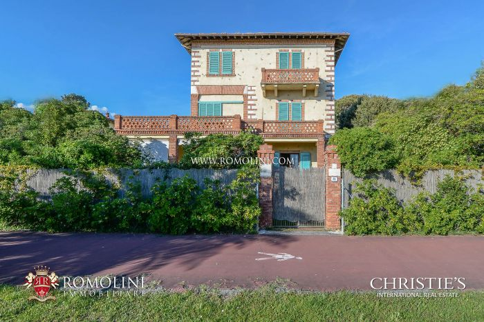 Villa on the seaside with dependance for sale in Forte dei Marmi, Tuscany