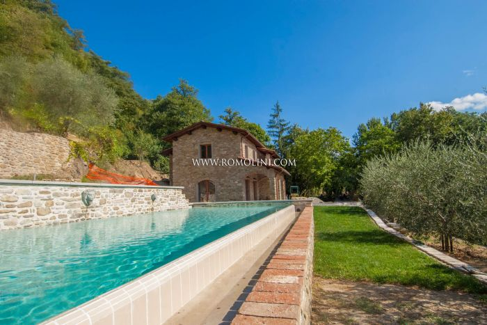 PIEVE SANTO STEFANO: COUNTRY HOUSE WITH GARDEN AND POOL FOR SALE