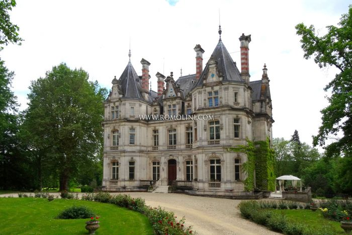 BEAUTIFUL CASTLE FOR SALE ON THE CHARENTE RIVER, COGNAC