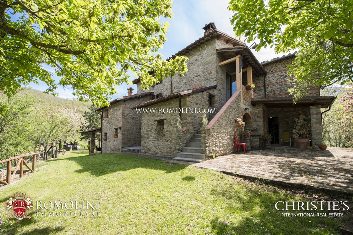 TUSCANY: TYPICAL FARMHOUSE WITH PANORAMIC VIEW AND GARDEN FOR SALE