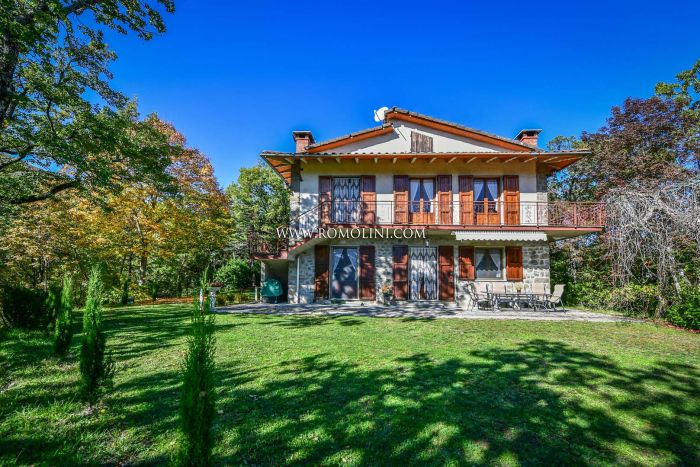 VILLA WITH GARDEN FOR SALE IN CAPRESE MICHELANGELOVILLA WITH GARDEN FOR SALE IN CAPRESE MICHELANGELO